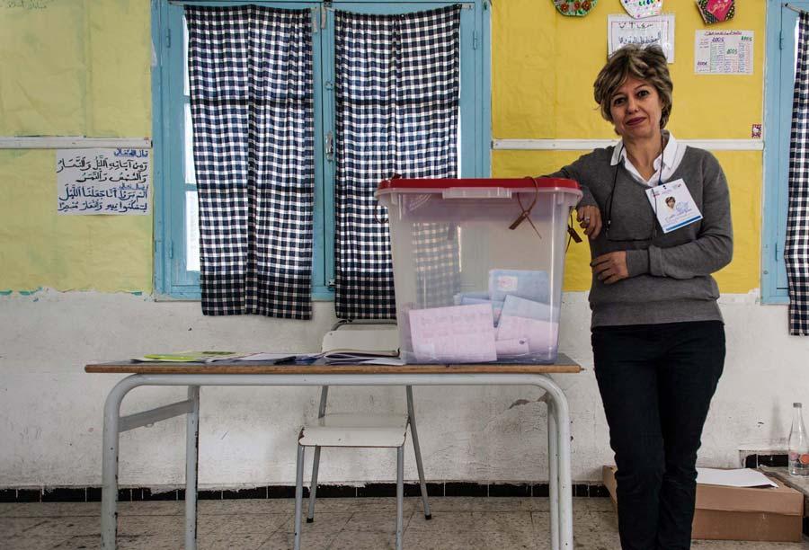 0-tnelec2014-presidentielle-bureau-vote-femme-home-inkyfada