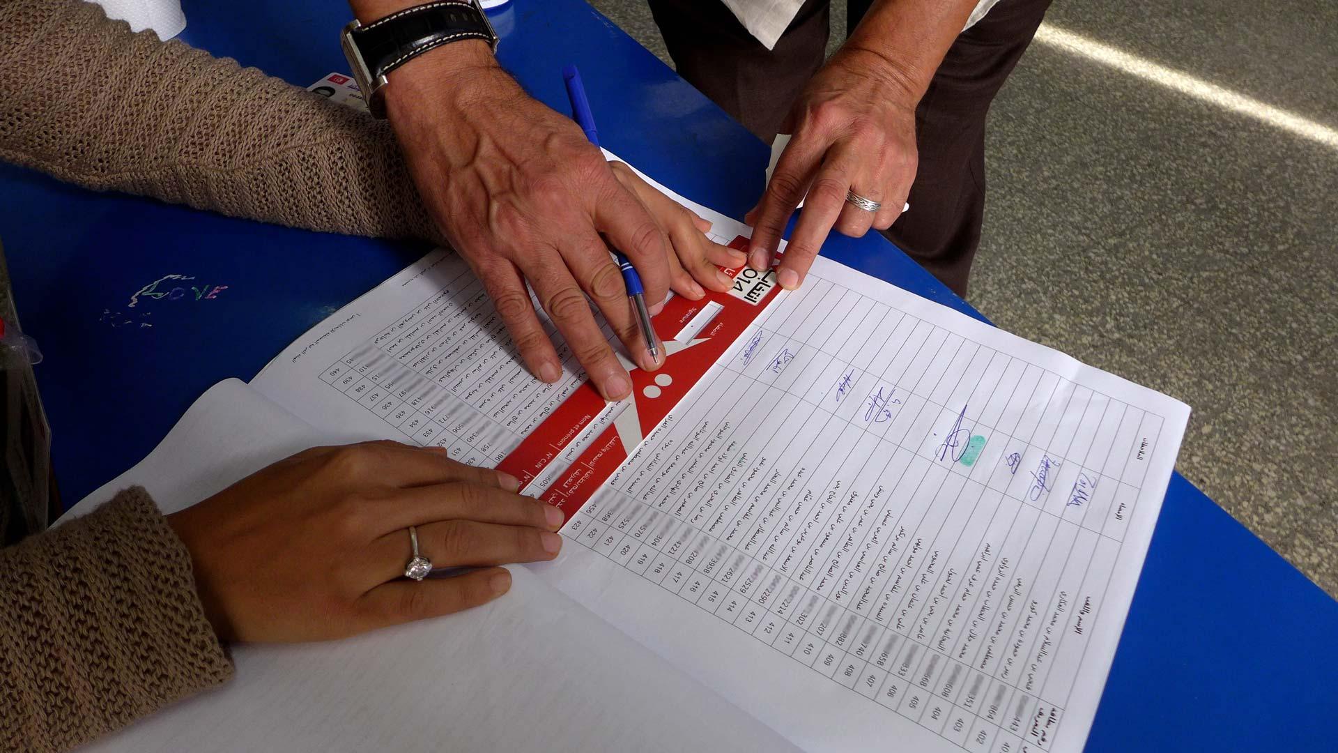 14-tnelec2014-presidentielle-vote-citoyen-emargement-1920-inkyfada