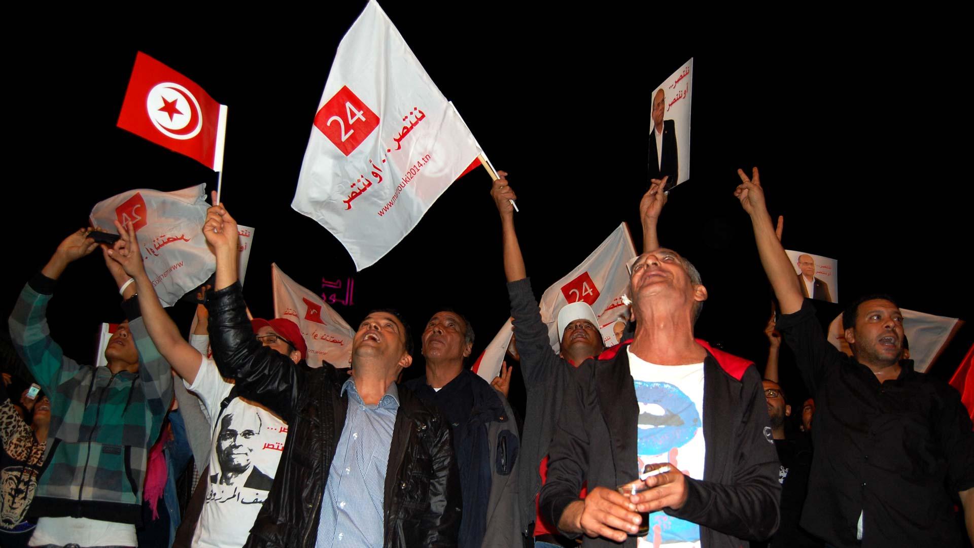 35-tnelec2014-presidentielle-supporters-drapeaux-1920-inkyfada