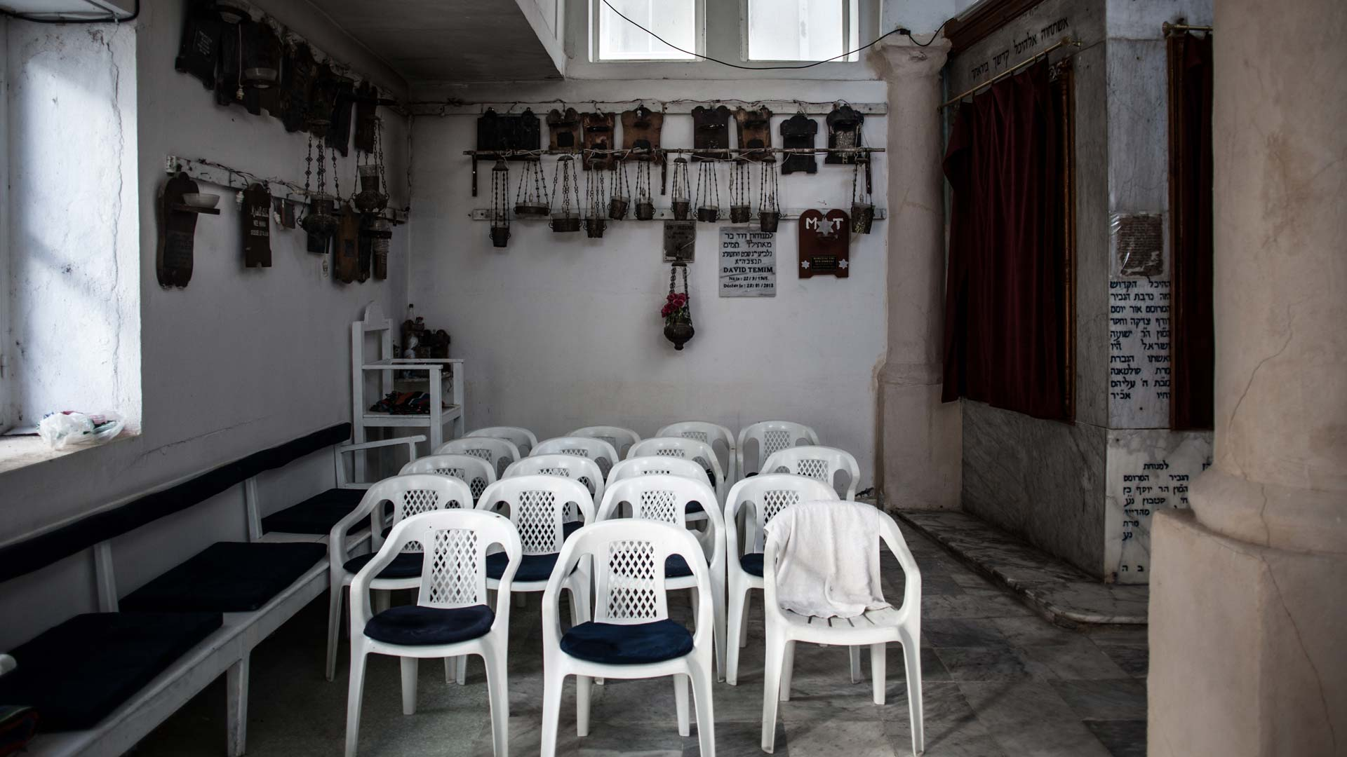 03-portrait-yves-tunisien-juif-chaises-synagogue1-inkyfada