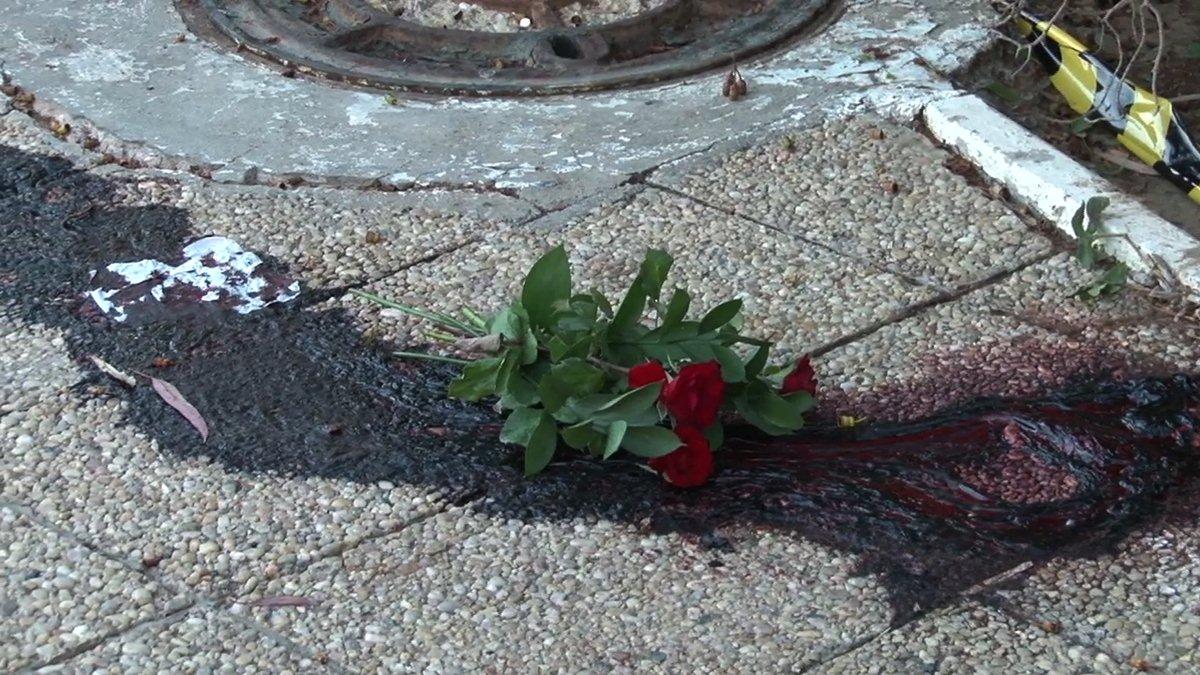 Un bouquet de fleur en hommage à une victime