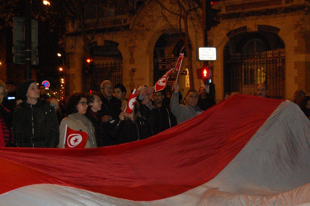halima-houda-bataclan-paris-tunisie-drapeaux-tunisien-inkyfada